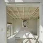 Спальня от гостинной отделена сдвижной дверью. Потолок не скрывает конструктивные элементы перекрытия. (спальня,мебель,архитектура,дизайн,интерьер,экстерьер,индустриальный,лофт,винтаж,минимализм)