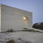 Вместо лестницы применен наклонный пандус, подчеркивает принадлежность дома пляжу. (вход,прихожая,фасад,минимализм,архитектура,дизайн,интерьер,экстерьер)