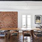 Мебель середины двадцатого века поддерживает историческую атмосферу квартиры. (столовая,1950-70е,мебель,архитектура,дизайн,интерьер,экстерьер)