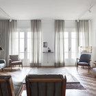 Светлые стены и большие окна образуют светлый и легкий интерьер квартиры. (гостинная,1950-70е,мебель,архитектура,дизайн,интерьер,экстерьер)