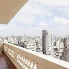 С широкого балкона открывается вид на город и исторические здания. (на открытом воздухе,патио,балкон,терраса,1950-70е,архитектура,дизайн,интерьер,экстерьер,мебель)