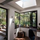 Из офиса в сад ведет широкая стеклянная дверь. (на открытом воздухе,патио,балкон,терраса,домашний офис,офис,мастерская,индустриальный,лофт,винтаж,мебель,архитектура,дизайн,интерьер,экстерьер)