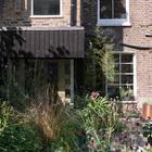 Домашний офис прячется в зарослях сада у дома. (фасад,индустриальный,лофт,винтаж,архитектура,дизайн,интерьер,экстерьер)