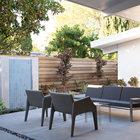 Сад является продолжением гостинной, поэтому меблирован соответственно. (на открытом воздухе,патио,балкон,терраса,1950-70е,архитектура,дизайн,интерьер,экстерьер,мебель)