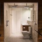Ванная комната имеет целую застекленную стену, поэтому когда принимаешь душ может создаться впечатление что находишься на улице в саду.