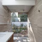 В ванной не предусмотрено занавесок, поэтому помещение очень светлое. Также обращает на себя наличие двух верхних душевых леек.