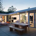Красивый и удобно обставленный двор располагает к тому чтоб проводить больше времени на открытом воздухе. (на открытом воздухе,патио,балкон,терраса,1950-70е,мебель,архитектура,дизайн,интерьер,экстерьер,дом эйхлера)