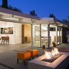 При открытой сдвижной стеклянной перегородке внутреннее пространство дома объединяется с пространством сада.