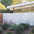 Высокая ограда защищает внутреннее пространство дома имеющего много остекленных стен и его двор от посторонних взглядов создавая общую приватную атмосферу. (фасад,1950-70е,архитектура,дизайн,интерьер,экстерьер,дом эйхлера)