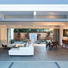 Пол во всем доме выложен долговечной серой кафельной плиткой, она хорошо сочетается с бетонными плитами на террасе. (гостинная,жилая комната,1950-70е,архитектура,дизайн,интерьер,экстерьер,мебель,дом эйхлера)