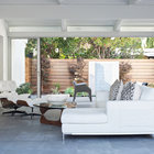 Благодаря остекленным стенам дома деревянные ограды играют важную роль в восприятии интерьера дома.