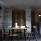 Дизайнерам удалось разместить в небольшом помещении обеденный стол на четыре человека.. (столовая,дизайн столовой,интерьер столовой,мебель для столовой,современный,интерьер,дизайн интерьера,мебель)