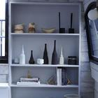 Книжные полки в корме баржи рядом с входом. (гостиная,дизайн гостиной,интерьер гостиной,мебель для гостиной,современный,мебель,интерьер,дизайн интерьера)