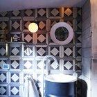 На барже обустроен полноценный душ и туалет, для обеспечения привычного уровня комфорта. (ванна,санузел,душ,туалет,дизайн ванной,интерьер ванной,сантехника,кафель,современный,интерьер,дизайн интерьера,мебель)