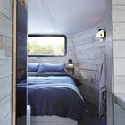 Спальня расположилась в носовой части баржи. (спальня,дизайн спальни,интерьер спальни,современный,интерьер,дизайн интерьера,мебель)