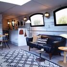 В центральной части баржи расположена довольно просторная гостинная и столовая.