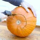 Ножовкой вырежьте отверстие в тыкве. (хэллоуин,тыква,фонарь Джек,Джек-фонарь,фонарь из тыквы,сделай сам,самоделки)