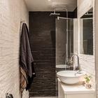 Души и туалет выполнены в контрастных тонах. (ванна,санузел,душ,туалет,скандинавский,мебель,архитектура,дизайн,интерьер,экстерьер,квартиры,апартаменты)