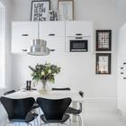 Кухонные шкафчики на одной из стен кухни подняты достаточно высоко, поэтому не отнимают пространства кухни ни визуально, ни функционально. (столовая,кухня,скандинавский,мебель,архитектура,дизайн,интерьер,экстерьер,квартиры,апартаменты)