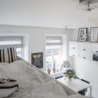 На антресоли над гардеробом расположилось спальное место размером с полноценную двуспальную кровать. (спальня,столовая,кухня,скандинавский,квартиры,апартаменты,мебель,архитектура,дизайн,интерьер,экстерьер)