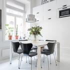 На кухне достаточно места для большого квадратного стола. Люстра над столом также скорее в стиле лофт.