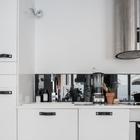 Полноценная светлая кухня. Вытяжка из нержавейки больше характерна стилю лофт. (кухня,скандинавский,мебель,архитектура,дизайн,интерьер,экстерьер,квартиры,апартаменты)