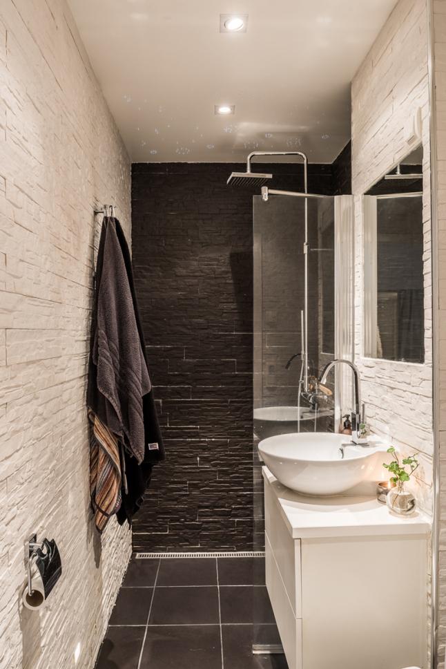 Души и туалет выполнены в контрастных тонах