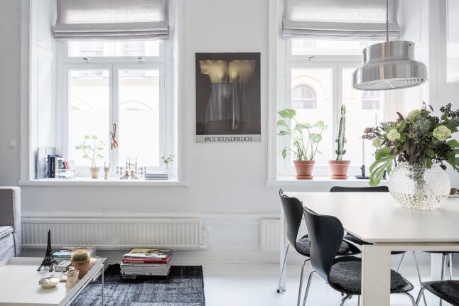 Два больших окна хорошо освещают объединенное жилое пространство