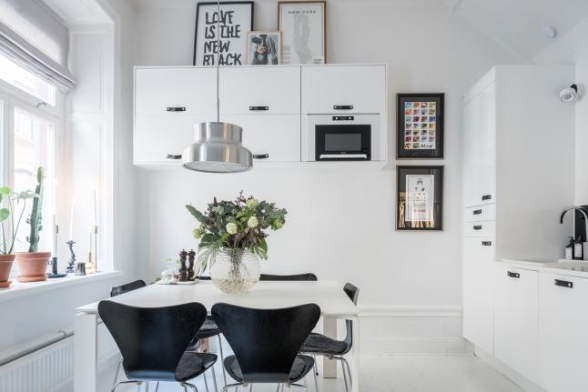 Кухонные шкафчики на одной из стен кухни подняты достаточно высоко, поэтому не отнимают пространства кухни ни визуально, ни функционально