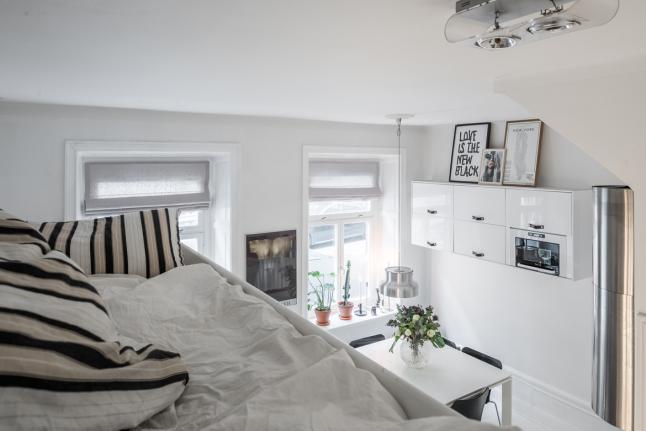 На антресоли над гардеробом расположилось спальное место размером с полноценную двуспальную кровать