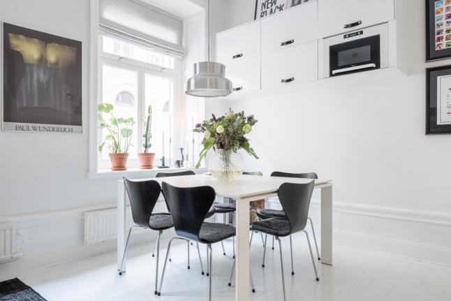 На кухне достаточно места для большого квадратного стола. Люстра над столом также скорее в стиле лофт