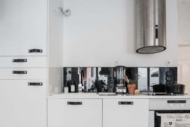 Полноценная светлая кухня. Вытяжка из нержавейки больше характерна стилю лофт