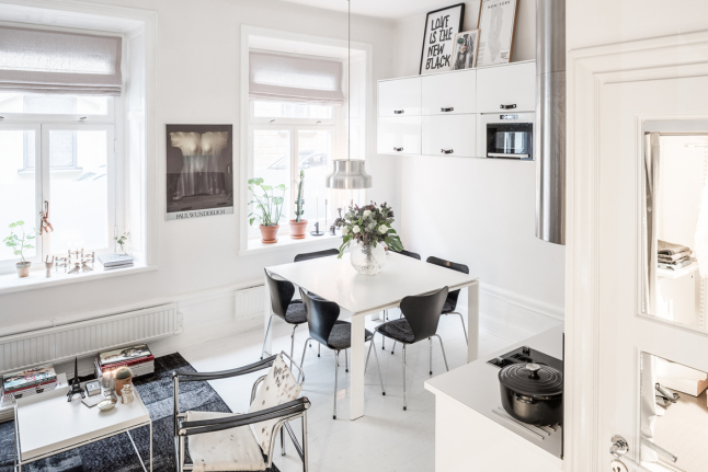 В результате правильного выбора цветов и правильной расстановки мебели в квартире-студии было размещено все необходимое. Квартира кажется больше чем есть на самом деле