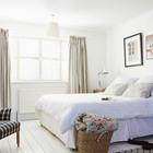 Главная спальня очень светлая.