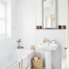 Одна из трех ванных комнат в доме. (ванна,санузел,душ,туалет,дизайн ванной,интерьер ванной,сантехника,кафель,традиционный,интерьер,дизайн интерьера,мебель)