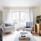 Письменный стол из сосны на котором стоит телевизор в гостиной стилистически сочетается с кухонным столом и буфетом. (гостиная,дизайн гостиной,интерьер гостиной,мебель для гостиной,традиционный,мебель,интерьер,дизайн интерьера)