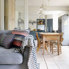 При открытых дверях между кухней-столовой и гостиной оба помещения воспринимаются как единое пространство.