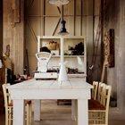 Столовая со столом примитивной конструкции и декором из старых весов.