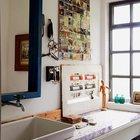 В ванной также много элементов декора, начиная со старых фотографий на стенах до кантера и зеленых флакончиков.