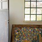 Входной железной двери придает некоторого изящества остекление в верхней части.