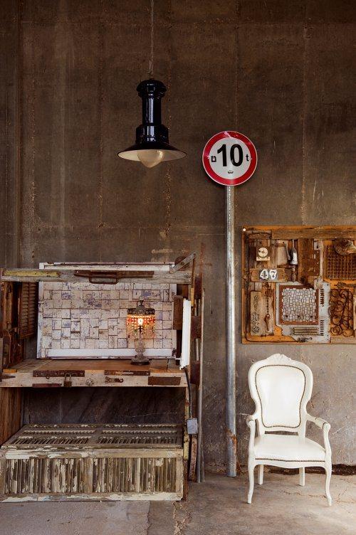 Знак также является частью декора, но можно и выгнать им непрошенного гостя.